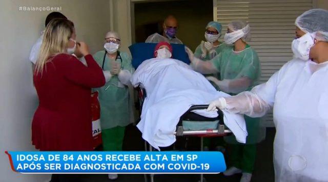 Idosa de 84 anos recuperada da covid-19 recebe alta sob aplausos em Cotia