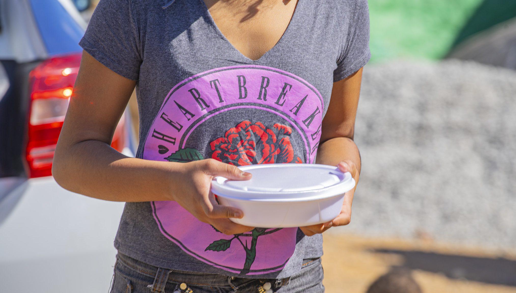 Ação Cotia Solidária distribui centenas de marmitas para famílias carentes 1