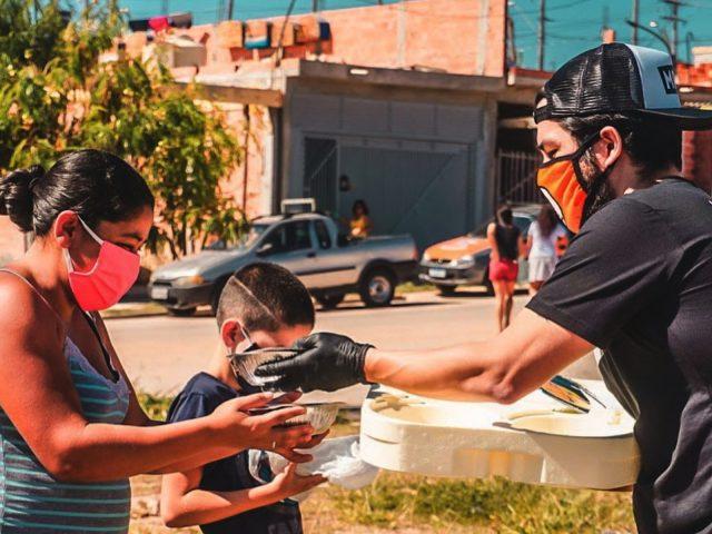 ONG distribui marmitas para moradores de rua em Osasco e SP